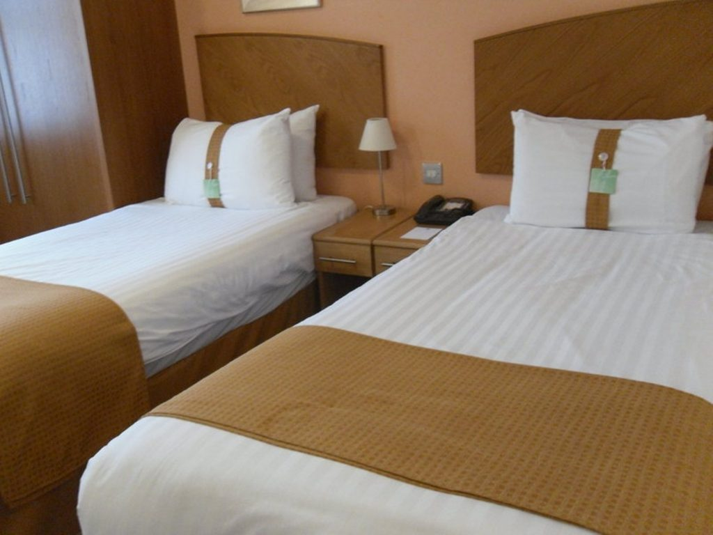 holiday-inn-manchester-west-guest-room2